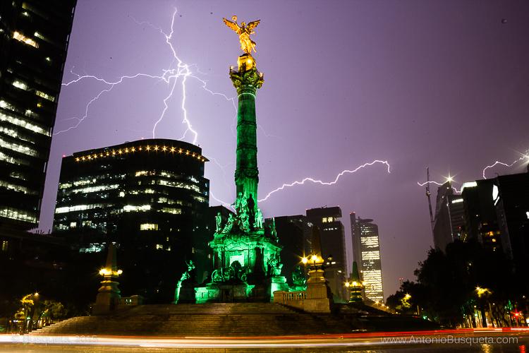 Relámpago junto al Ángel de la Independencia de México