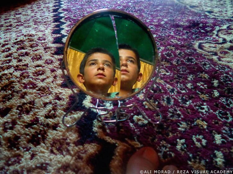 Reflejo de niño refugiado en el espejo