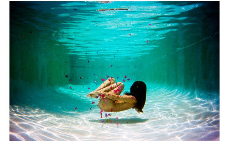 Chica bajo el agua