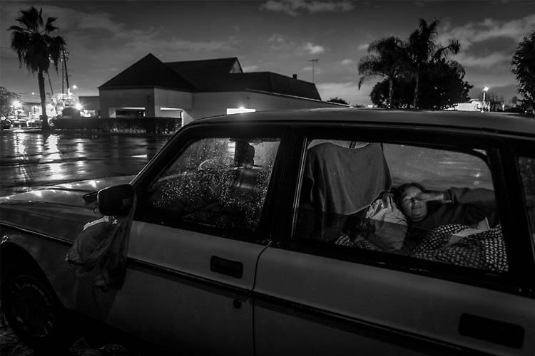 Mary F Calvert | Fotografías de gente sin techo. La veterana Darlene Matthews lleva dos años viviendo en su coche, esperando a que se le asigne una vivienda del gobierno. Se metió en el ejército huyendo de un hogar hostil y se llevó una tremenda decepción. Ahora está deprimida y su vida ha caído en una espiral.