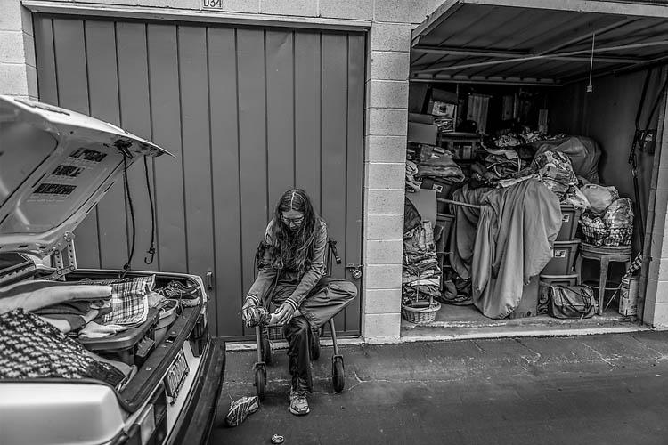 Darlene Matthews vive en su coche, donde tiene todas sus posesiones. Fotografías de gente sin techo