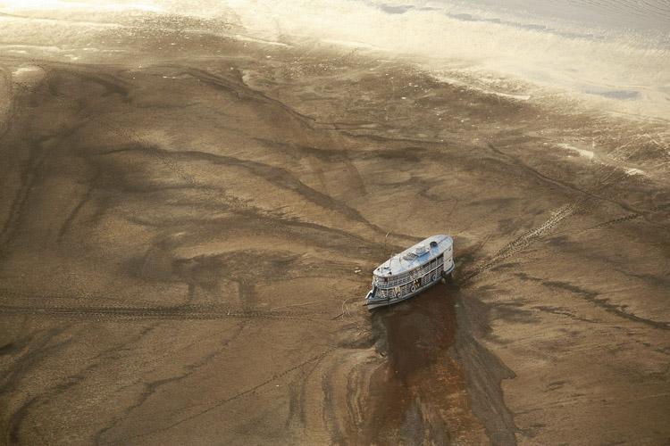 barco en mitad de un desastre natural