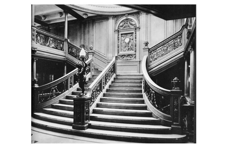Escalera principal con querubín utilizada sólo por pasajeros de primera clase
