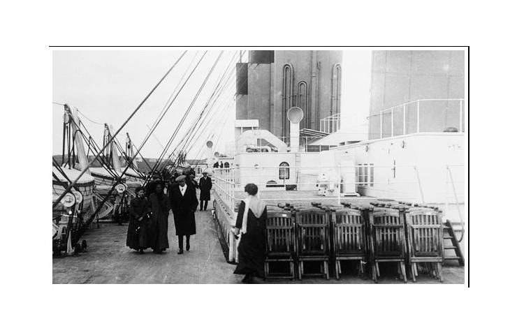 Pasajeros dando un paseo por la cubierta del barco