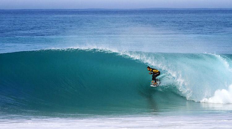 Surfista cogiendo una hola