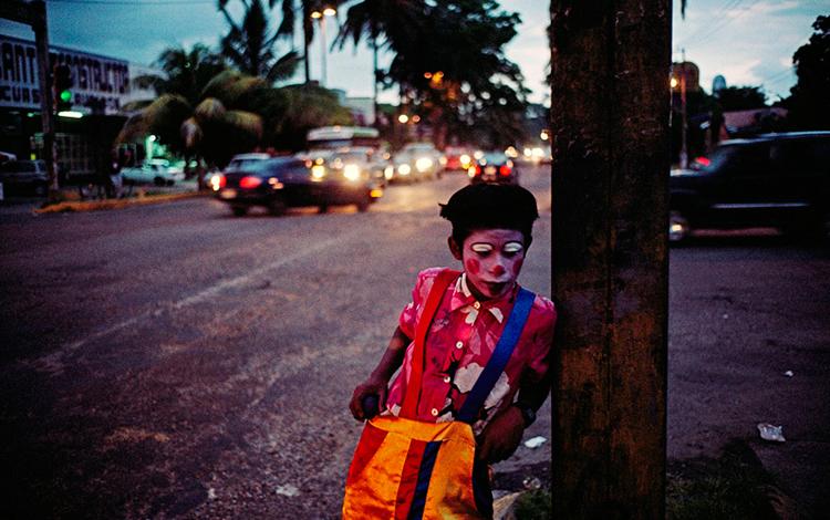 niño mexicano en la calle