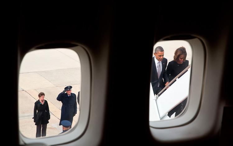 Los Obama desde la ventana del avión oficial