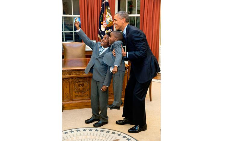 Selfie de Obama con unos niños