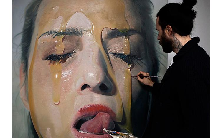 Mike Dargas pintando uno de us cuadros