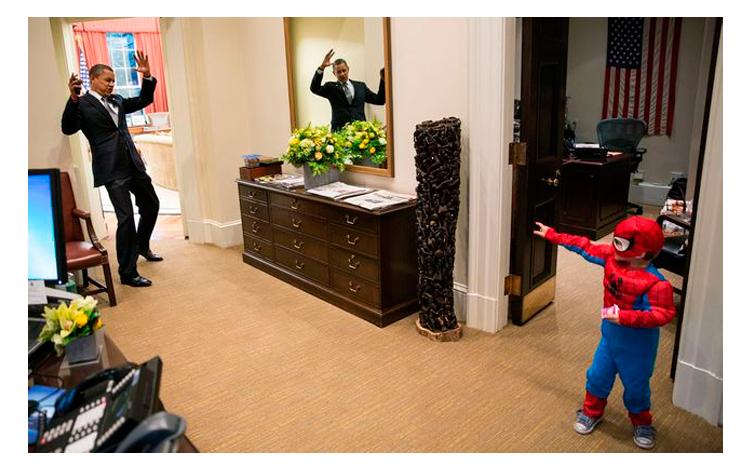 Barack Obama jugando con un niño