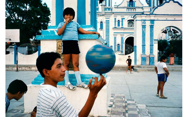 Niños mexicanos jugando en la calle