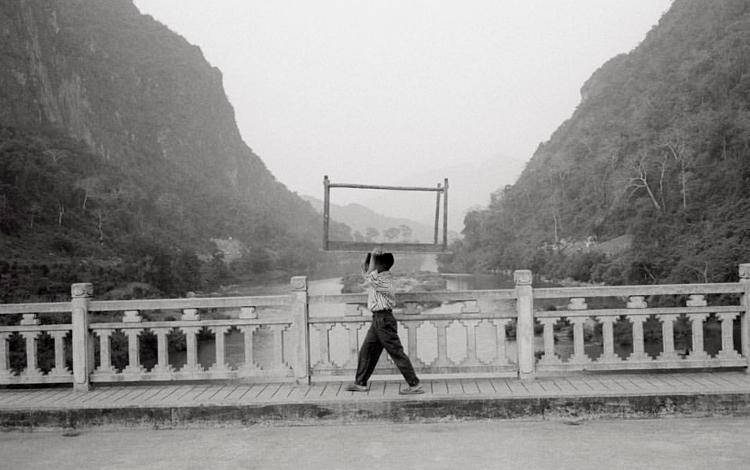 Hombre paseando por Laos