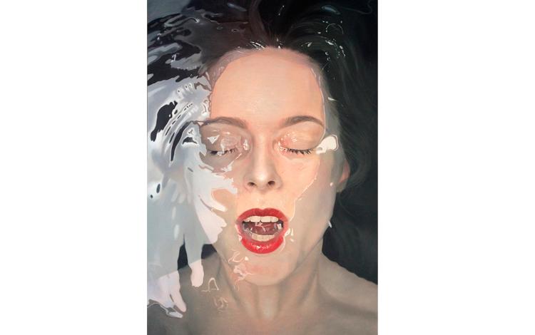 Rostro de mujer bajo el agua