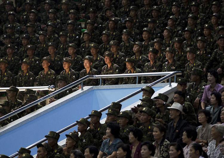 militares norcoreanos sentados
