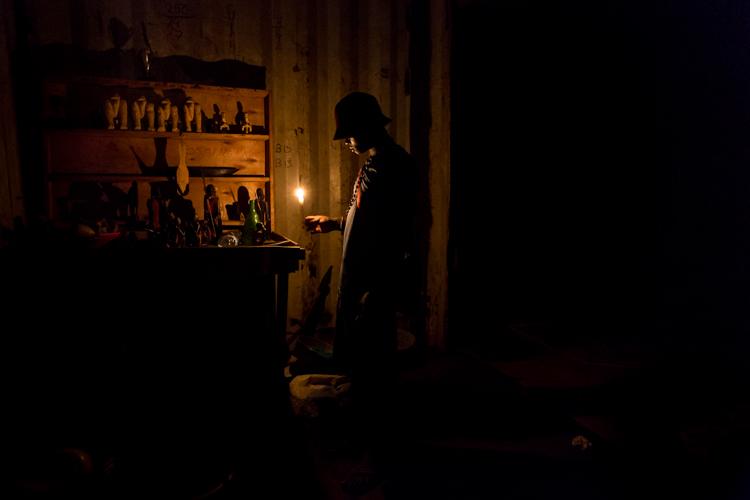niño con una vela en casa