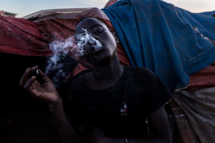 Ugandés fumando