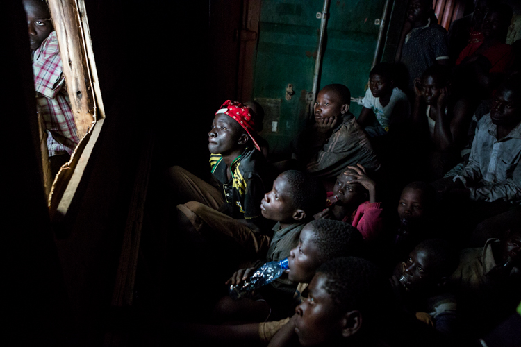 niños ugandeses en una casa