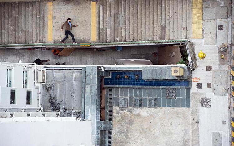 Hombre entre edificios