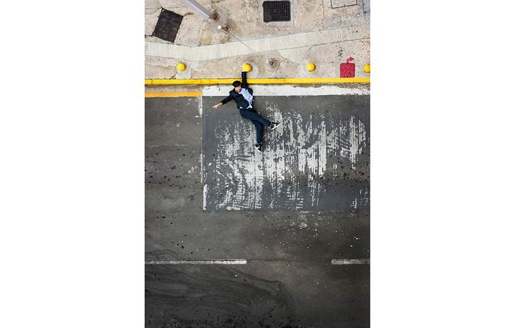 Hombre haciendo que cae al mar