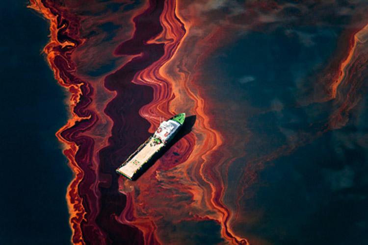 Barco sobre mar contaminado de Daniel Beltrá
