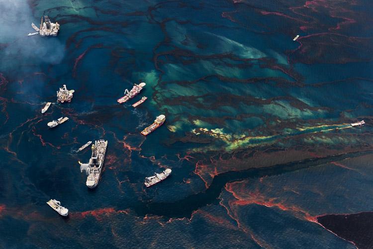 Barcos en el mar de Daniel Beltrá