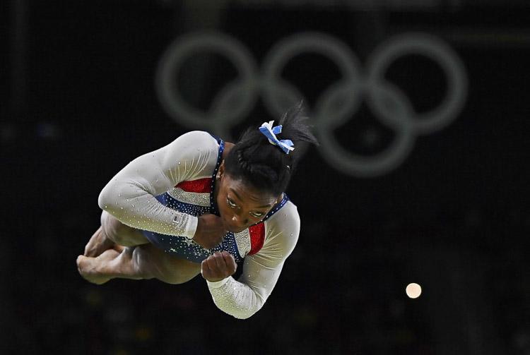 Simone Biles en la final individual de barra en el Estadio Olímpico de Río de Janeiro (Brasil).