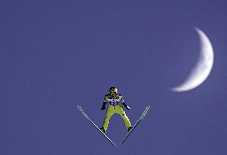 Noriaki Kasai salta frente a la luna durante la Copa Mundial de Saltos de Esquí de las FIS en Klingenthal (Alemania).