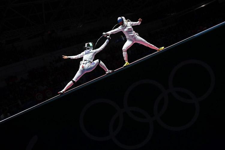 Choi Injeong de Corea del Sur frente a Violetta Kolobova de Rusia compiten en la modalidad de espada individual femenino de esgrima.