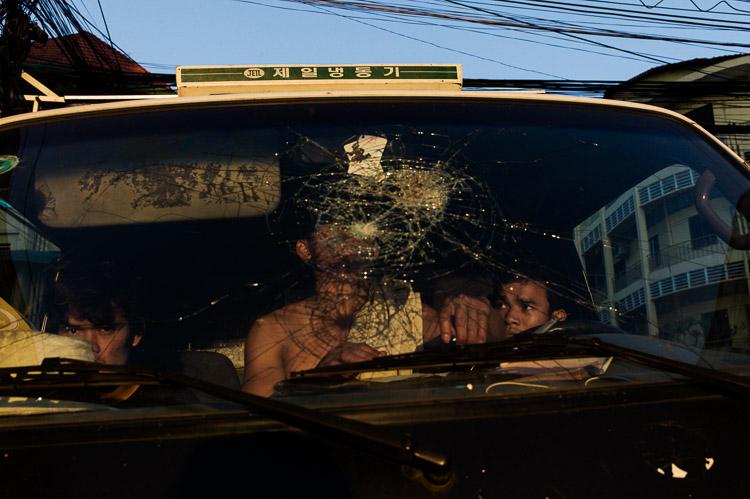 Taxi asiático con disparo en el cristal