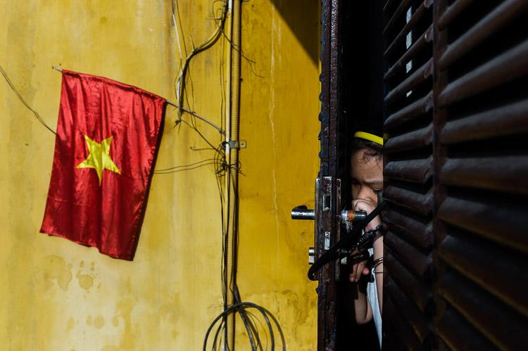 Niña de Indonesia tras una puerta