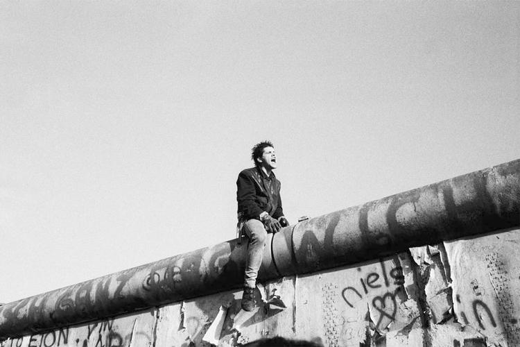 Agencia Magnum: Joven sobre el Muro