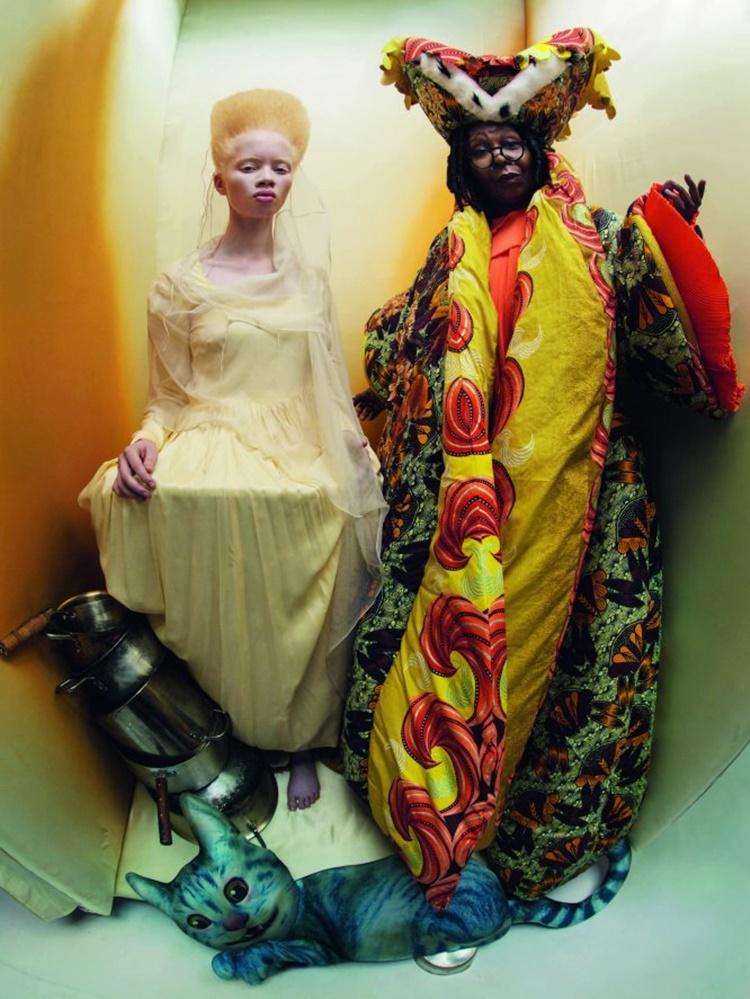 Whoopy Goldberg y Thando Hopa