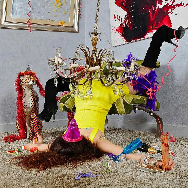 Mujer borracha tirada en una fiesta de cumpleaños