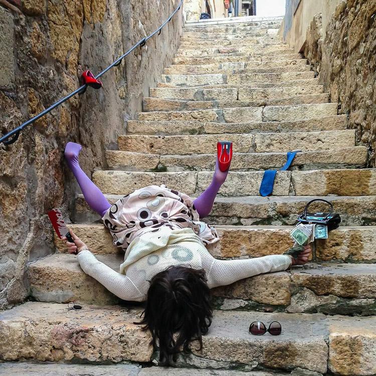 Mujer borracha tirada en unas escaleras