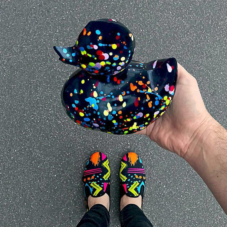 Postre con forma de pato de goma y zapatos a juego