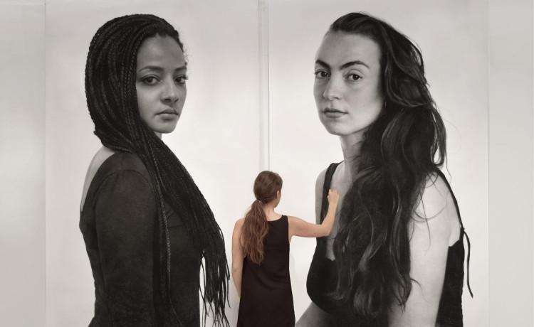 Clio Newton pinta a dos chics en blanco y negro