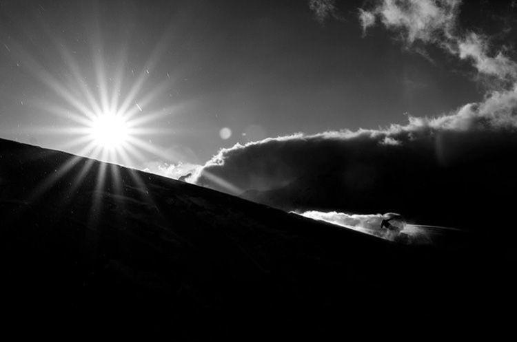 Sol a través de la montaña