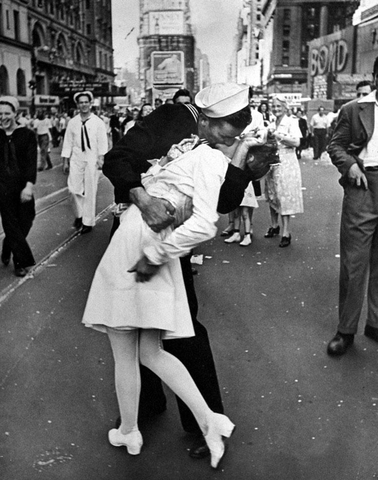 Una enfermera y un marine se besan en medio de la calle