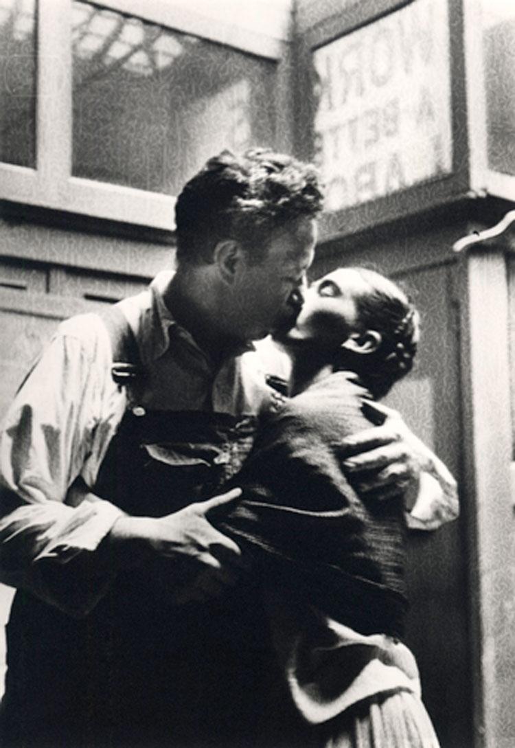Un hombre y una mujer se besan en blanco y negro