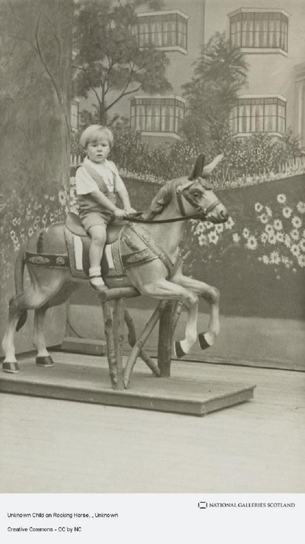 Niño montado en un balancín con forma de caballo