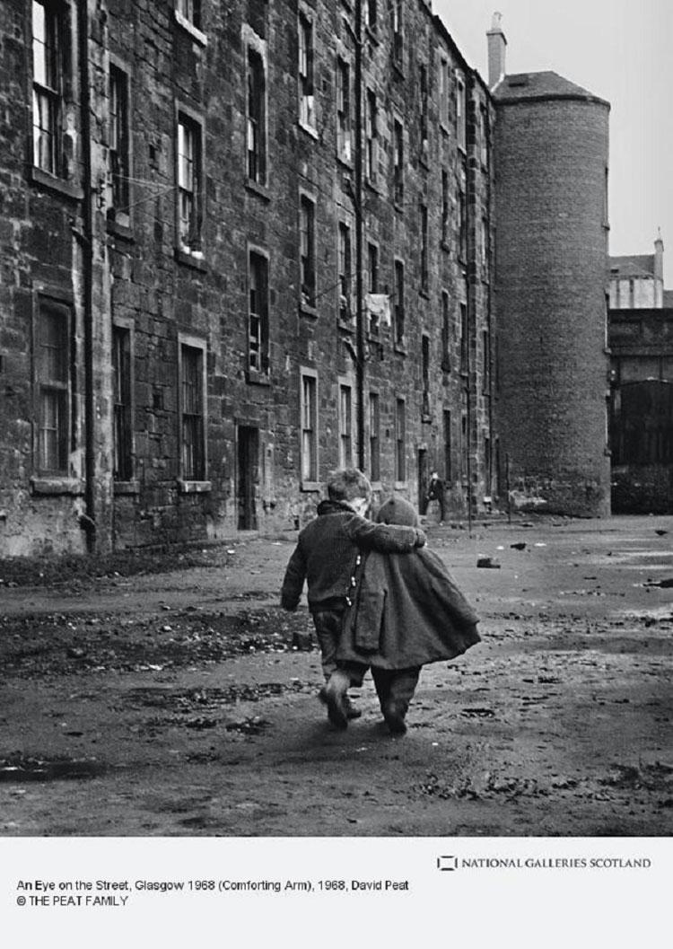 niños abrazados paseando por la calle