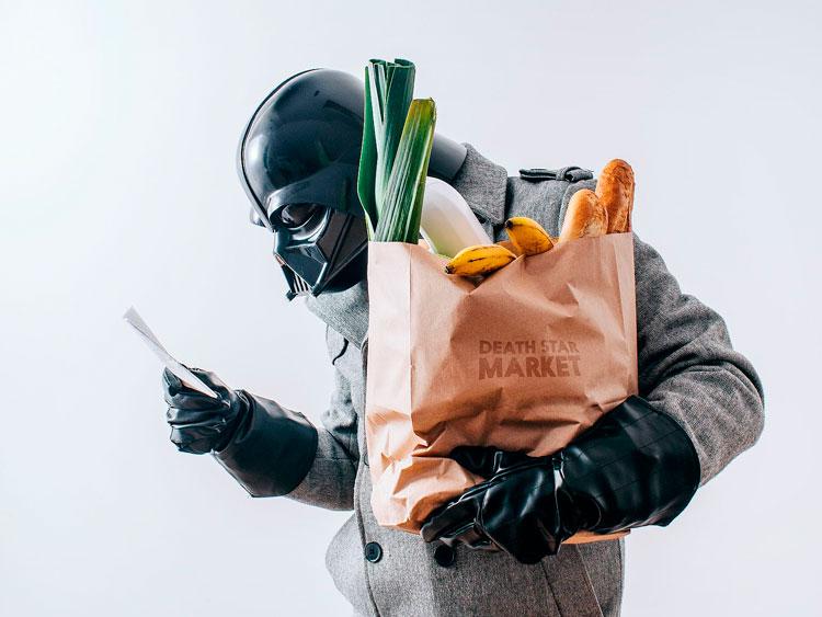 Darth Vader mirando la lista de la compra