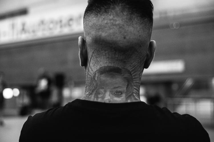 Chico con el cuello lleno de tatuajes